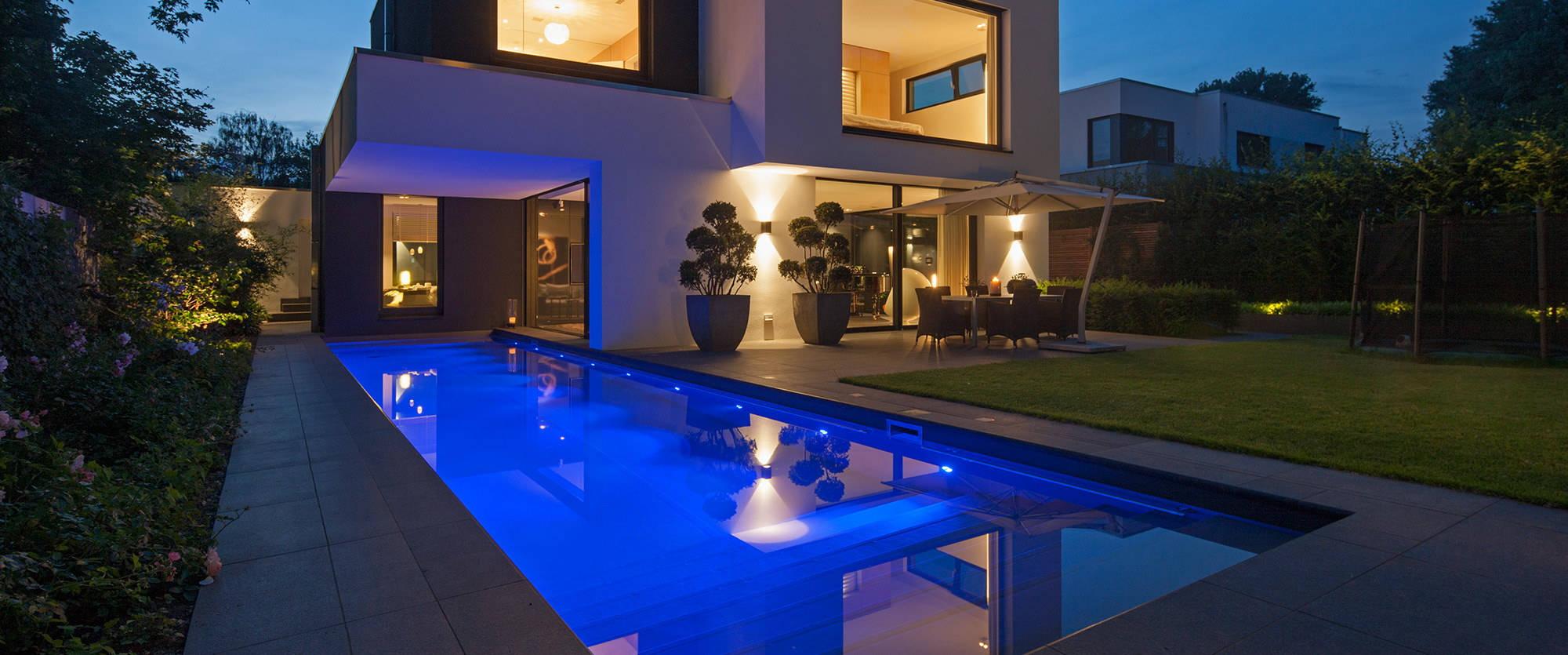 moderner au enpool mit abwechslungsreichem lichtspiel. Black Bedroom Furniture Sets. Home Design Ideas