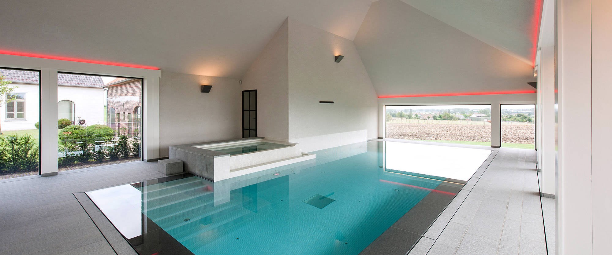 Schwimmbad und whirlpool mit terrassenblick for Schwimmbad gegenstromanlage